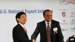 香港貿發局總裁林天福(左)與美國商務部助理部長庫馬爾簽署協議