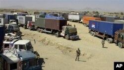 پاسهوانانی پاکسـتانی سهر سـنوور چاودێری ئهو ماشێنه بارههڵـگرانهی ناتۆ دهکهن که له مهرزی چهمانی نزیک سنووری ئهفغانسـتان ڕاگیراون، چوارشهممه 6 ی دهی 2010