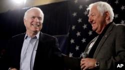 Джон Маккейн и Орсон Суиндл. Финикс, штат Аризона. 18 фераля 2010 г.