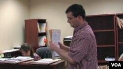 Kevin Gibson, koji ima autizam, živi samostalno i održava dokumentaciju u pravnoj firmi MG-IP u Vašingtonu.