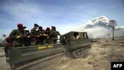 Binh sĩ Indonesia tìm kiếm các nạn nhân thiệt mạng trong các vụ phun trào núi lửa ở Cangkringan, Indonesia, Thứ Tư 10/11/2010