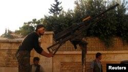 Pemberontak Suriah dengan senjata anti-pesawat di desa Khan al-Assal, dekat Aleppo, Suriah utara (foto: dok). Pemberontak mengklaim telah merebut Khan al-Assal.