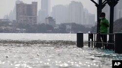 泰国首都曼谷附近一个码头的水灾情形