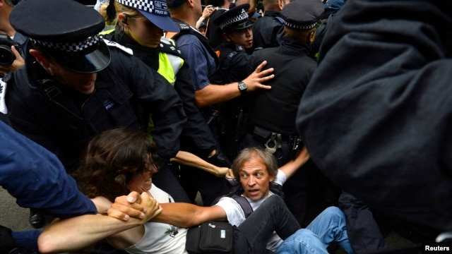 Police scuffle with demonstrators outside a drill site run by Cuadrilla Resources, near Balcombe in southern England, August 19, 2013.