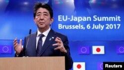 Thủ tướng Nhật Bản Shinzo Abe dự một hội nghị thượng đỉnh EU-Nhật Bản ở Brussels, Bỉ, ngày 6 tháng 7, 2017.