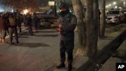 Lực lượng an ninh Afghanistan canh gác gần địa điểm xảy ra tấn công khủng bố ở trung tâm Kabul, Afghanistan, ngày 11/12/2015.