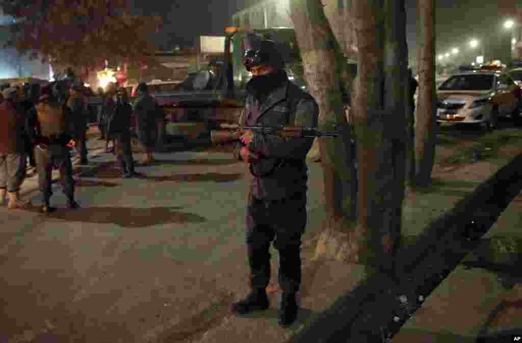 افغانستان کے دارالحکومت کابل میں طالبان شدت پسندوں نے سفارتی علاقے کے قریب ایک عمارت کو نشانہ بنایا۔