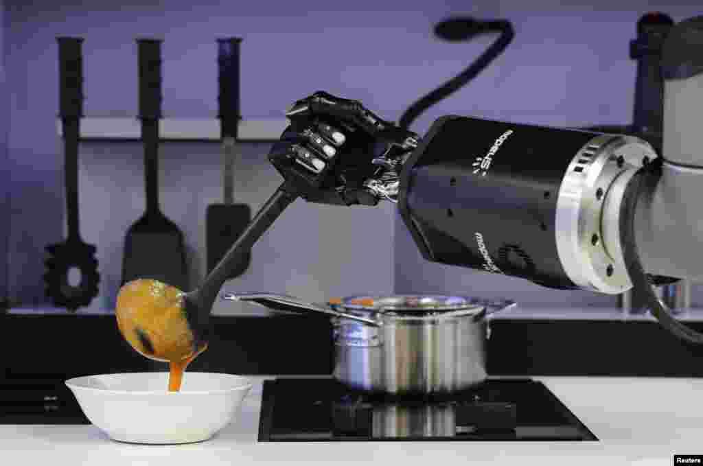 Sebuah robot prototip di Robotic Kitchen yang dibuat oleh Moley Robotics memasak sup kepiting di stan perusahaan tersebut di pameran teknologi industri, Hannover Messe, di Hanover, Jerman.