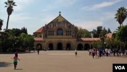資料照片:來自美國和世界各地的人參觀位於加利福尼亞州的斯坦佛大學校園。
