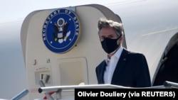 Menteri Luar Negeri AS Antony Blinken turun dari pesawat setibanya di Pangkalan Udara AS di Ramstein, di mana ia akan mengadakan pertemuan virtual 20-negara tentang krisis bersama rekannya dari Jerman, di Jerman, 8 September 2021. (Foto: Olivier Douliery