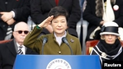 南韓新總統朴槿惠在星期一宣誓就職