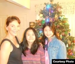 2013年12月8日女权无疆界总裁瑞洁(左侧)在她家和张林的两个女儿张安妮(中间) 和张儒莉(右侧)合照。(照片来源:胡佳拍摄))