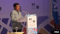 Wapres Jusuf Kalla memberikan sambutan pada pembukaan Prepcom 3 UN Habitat III di Surabaya (25/7). (VOA/Petrus Riski)