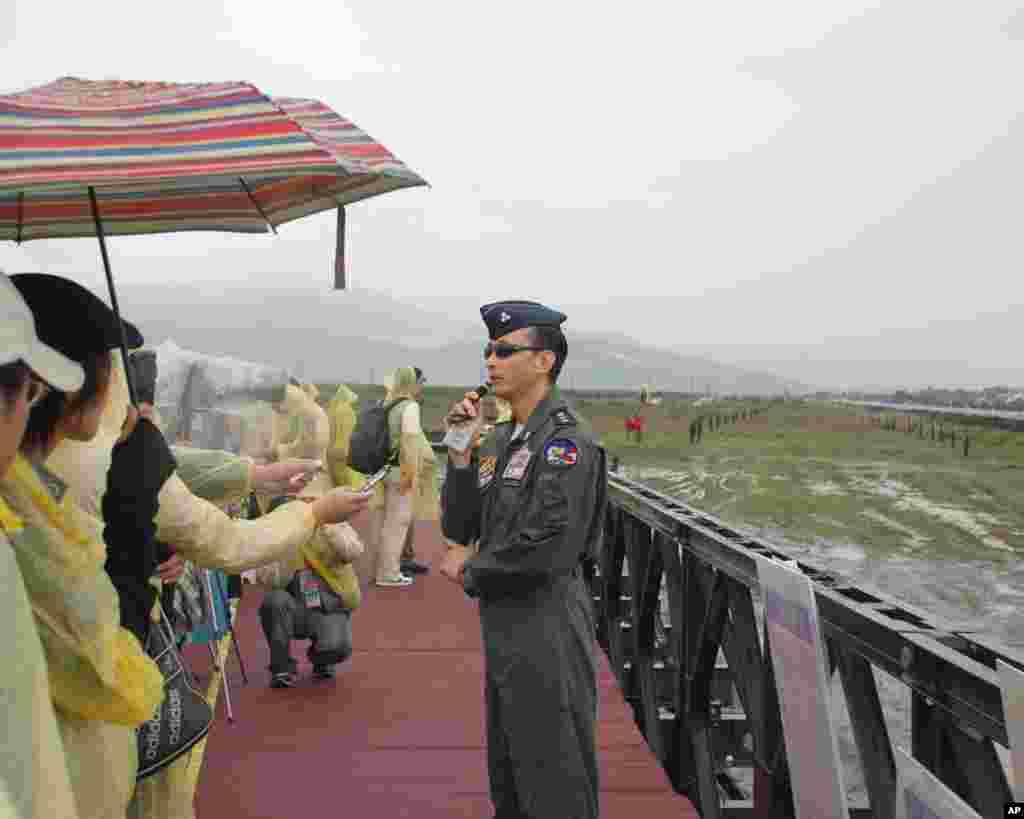 台湾军官在雨中向记者们通报情况