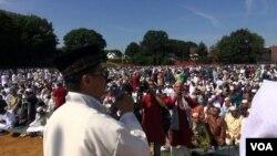 Imaam Shamsi Ali memimpin sholat Idul Fitri di Jamaica, New York (VOA/Naratama, Yogi Leksono)