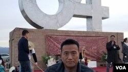 """""""六四""""事件生還者方政在紀念碑前 (劉士輝拍攝 )"""