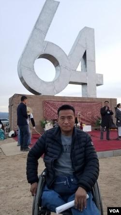 """""""六四""""幸存者方政在纪念碑前 (刘士辉拍摄 )"""