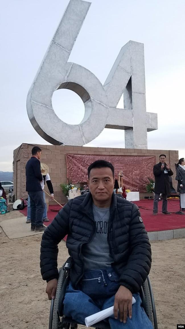 """""""六四""""倖存者方政在紀念碑前(劉士輝拍攝 )"""