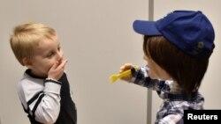 Harrison, 5 tuổi, bị bệnh tự kỷ, chơi với người máy Kaspar, do Đại học Hertfordshire ở Stevenage, Anh quốc, chế tạo có khả năng tương tác với các em bệnh tự kỷ (ảnh tư liệu ngày 30/1/2017).