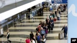 2016年5月,芝加哥奥哈雷国际机场安检站等候安检的旅客排起了长队。