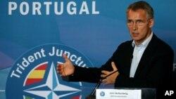 Tổng thư ký NATO, ông Jens Stoltenberg, phát biểu trong một buổi họp báo sau cuộc tập trận của NATO ở Troia, phía nam thủ đô Lisbon, Bồ Đào Nha, thứ năm ngày 5/11/2015.