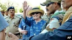 La exsecretaria de Estado de EE.UU. Hillary Clinton saluda a su llegada a Jodhpur, estado de Rajasthan, India, el martes, 13 de marzo de 2018.
