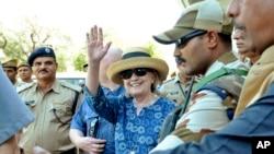 前美國國務卿希拉里·克林頓到達印度拉賈斯坦邦焦特布爾,走出焦特布爾機場時揮手致意(2018年3月13日)