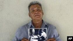Juan Romero drzi fotografiju napravljenu u trenucima atentata na Senatora Kennedyja