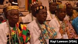 Des chefs traditionnels à l'ouverture du forum national sur le foncier, Lomé, Togo, 18 avril 2017. (VOA/Kayi Lawson)