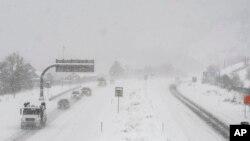 La nieve cubre la ruta interestatal 70, en Inglewood, Colorado.