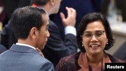 Presiden Joko Widodo (kiri) dan Menteri Keuangan RI Sri Mulyani Indrawati saat jeda pertemuan KTT G20, Osaka, Jepang, 29 Juni 2019. (Foto: dok).