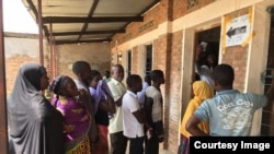 Wananchi wa Burundi wakiwa wanasubiri kupiga kura Alhamisi, Mei 17, 2018.