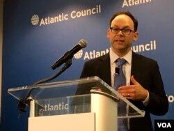 皮尤研究中心全球态度研究主任理查德·维克在大西洋理事会说明最新民调报告(美国之音张佩芝拍摄)