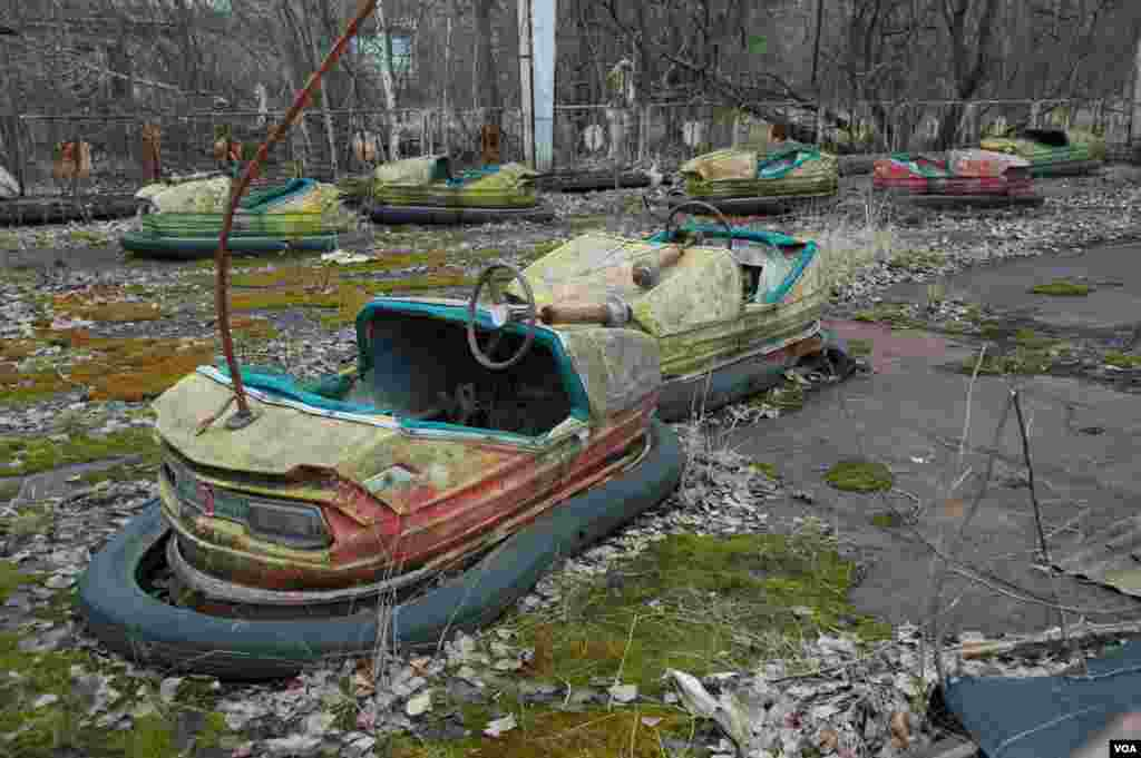 A rusting ride for children in the highly radioactive abandoned amusement park in Pripyat, near Chernobyl, March 19, 2014. (Steve Herman/VOA)