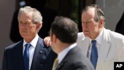 Los dos ex presidentes, George W. (izquierda) y George H. W. Bush (derecha). Sus mensajes fueron interceptados por hackers.