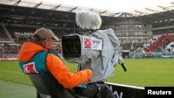Un cameraman ajuste sa camera avant le début d'un match de Bundesliga, Hamburg le 28 aout 2010.
