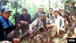 Para anggota kelompok militan Abu Sayyaf di tengah hutan di Filipina selatan (foto: dok).