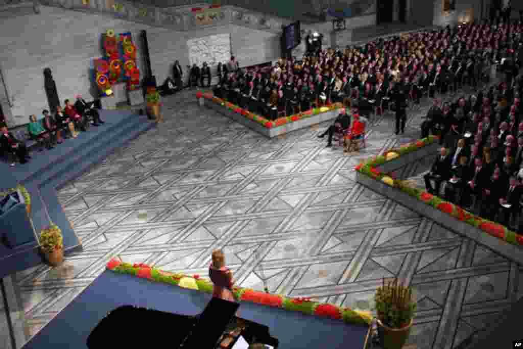 颁奖典礼以女高音演唱家瑟尔贝格独唱《索尔维格之歌》开始。这首歌由易卜生作词,格里格作曲