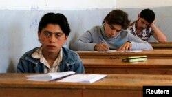 Học sinh trong một kỳ thi tại ngôi trường mà theo các nhà hoạt động xã hội nói, là nơi duy nhất ở Hama không bị kiểm soát bởi chế độ Syria, nằm trong khu vực được kiểm soát bởi Quân đội Tự do Syria.