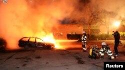 Los jóvenes incendiaron automóviles y lanzaron piedras a la propiedad privada.