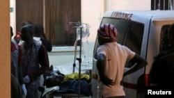 Warga yang terluka akibag ledakan dibawa ke Rumah Sakit Asokoro di Abuja (1/5). (Reuters/Afolabi Sotunde)