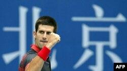"""Novak Đoković tokom polufinalnog meča """"Čajna Opena"""" u Pekingu protiv Džona Iznera"""