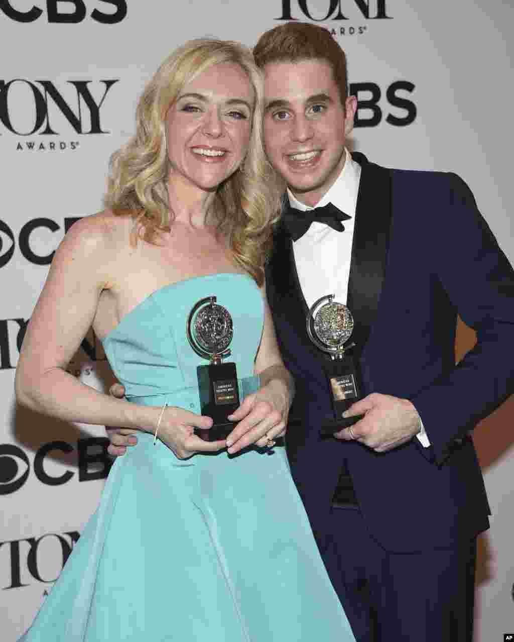 托尼奖最佳音乐剧《致埃文·汉森》中的演员本·普拉特荣获最佳音乐剧男主角奖,女演员蕾切尔·贝·琼斯荣获最佳音乐剧女配角奖,他们在领奖台上 (2017年6月11日)。后面有更多有关图片。