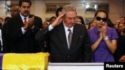 7일 베네수엘라 군사학교에서 임시안치된 우고 차베스 대통령의 시신에 조문하는 라울 카스트로 쿠바 국가평의회 의장(가운데). 니콜라스 마두로 베네수엘라 부통령(왼쪽)과 차베스의 딸 로사 버지니아도 참석했다.