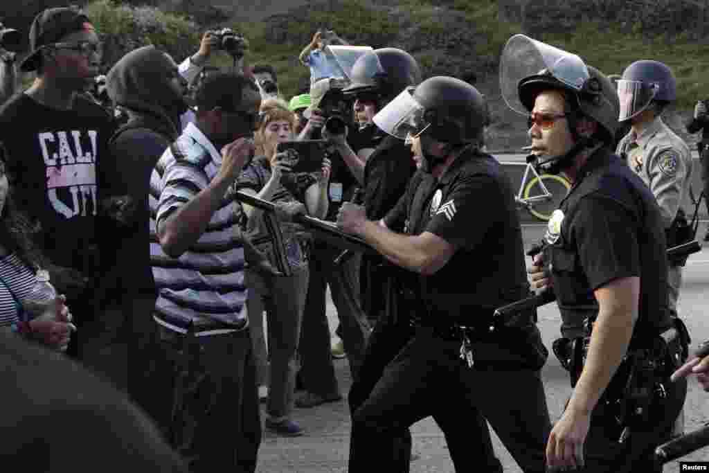14일 미국 캘리포니아주 LA에서 조지 짐머만 무죄 판결에 항의하는 시위대와 경찰이 대치했다.
