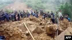 救援人員星期四在發生山體滑坡彝良縣學校現場進行搶救工作