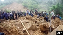救援人員在雲南山體滑坡現場進行搜救工作