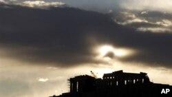 Đền Parthenon in bóng hoàng hôn trên đỉnh đồi Acropolis ở Athens.
