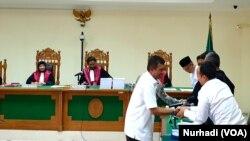 Walikota Yogyakarta Haryadi Suyuti sebagai saksi dalam sidang 26 Februari 2020. Haryadi menolak semua klaim yang mengaitkan namanya dan istrinya. (Foto: VOA/ Nurhadi)