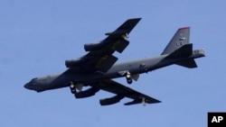 美军一架B-52战略轰炸机在关岛上空飞行。
